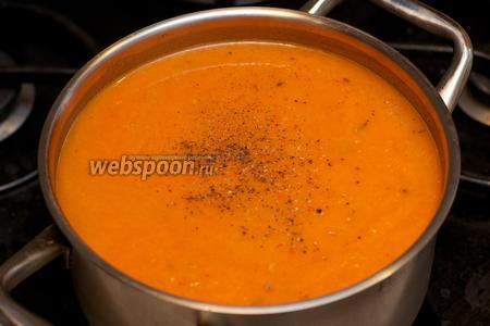 Довести суп до кипения, добавить соль и чёрный молотый перец по вкусу, снять с огня. Подавать с гренками.