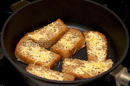Для гренок хлеб нарезать ломтиками и обжарить на растительном масле (2 ст. л.) до румяного цвета, затем горячий хлеб присыпать сыром (20 грамм), натёртым на мелкой тёрке.
