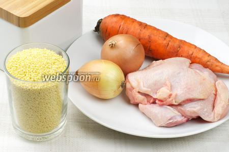 Для приготовления каши возьмём пшённую крупу, куриные бёдрышки (или любую другую часть курицы), лук, морковь, сливочное масло и соль.