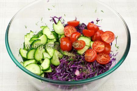 Затем добавить сухой базилик, растительное масло и помидоры с огурцами.