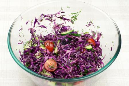 Аккуратно перемешать салат и добавить соль по вкусу.