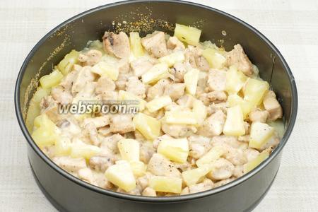 Добавить порезанные ананасы и соус (соуса необходимо 4-6 столовых ложек).