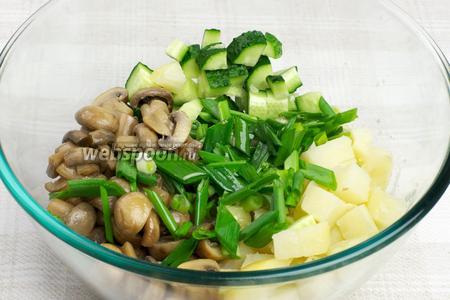 Соединить картофель, огурцы, грибы, лук и растительное масло.