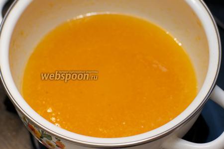 Довести до кипения и варить 2-3 минуты, постоянно помешивая, чтобы соус не прикипел.
