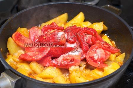 Добавить помидоры и соль с чёрным молотым перцем по вкусу, и аккуратно перемешать.