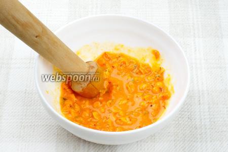 Ягоды облепихи хорошо помыть, 2/3 части подавить мадлером или размять с ложкой в пюре.