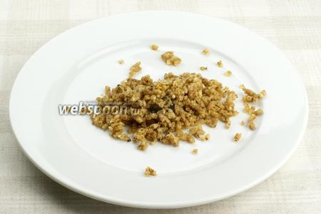 Половину грецких орехов перекрутить на мясорубке и отложить — они будут использоваться для присыпки.