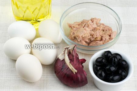 Для приготовления салата возьмём тунца консервированного в оливковом масле, яйца, половину фиолетового лука, пару горстей маслин, растительное масло и специи.