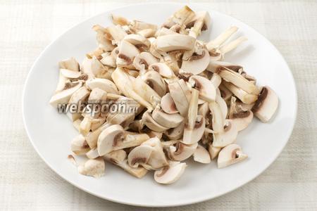 Тем временем грибы хорошо помыть и порезать пластинками.