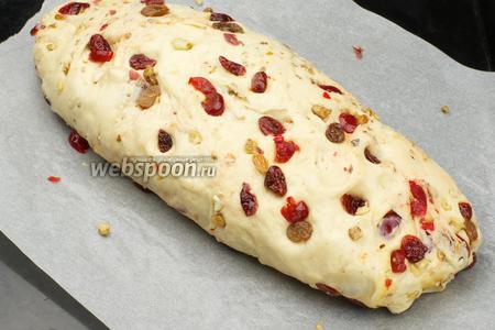 Перевернуть пирог швом вниз и опять поставить в тёплое место на 45 минут для расстойки. Перед выпеканием обмазать 1-2 столовыми ложками молока.