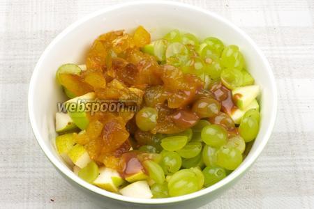 Соединить порезанные фрукты: яблоко, грушу, виноград и сливы, добавить сироп и лимонный сок по вкусу.