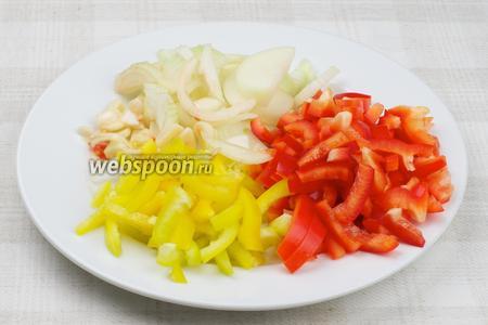 Сладкий перец порезать соломкой, репчатый лук полукольцами, а чеснок тонкими пластинами.