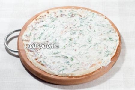 Выложите блинчик на рабочую поверхность и смажьте сырной массой.