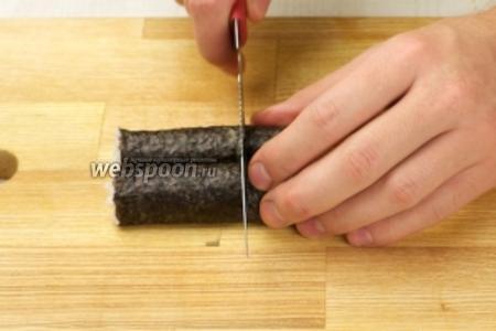 Разрезать ролл пополам, а затем ещё на 3 части.