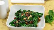 Фото рецепта Тёплый салат со шпинатом и изюмом