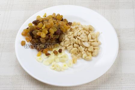 Изюм хорошо помыть и обсушить, арахис очистить от кожицы и немного размять в ступке, чеснок очистить и порезать тонкими пластинами.