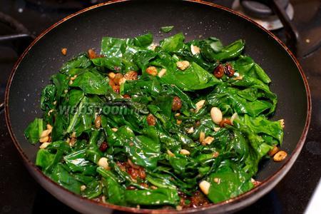 Затем добавить соль и чёрный молотый перец по вкусу. Подавать салат тёплым.