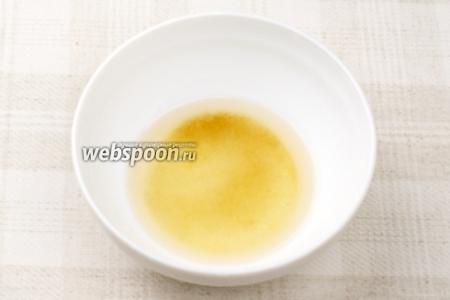 Приготовить заправку: соединить по 2 ч. л. рисового уксуса, тёплой воды и сахара. Хорошо всё размешать, чтобы сахар максимально растворился.