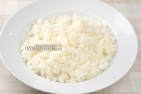 В горячий рис добавить заправку и хорошо всё перемешать. Остудить рис.