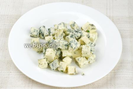 Сыр дор блю нарезать кубиками.