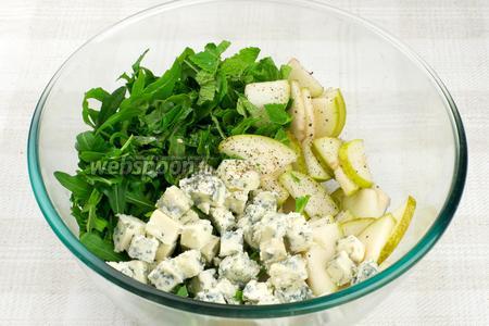 Соединить зелень, груши, сыр, добавить оливковое масло, сок половины лимона и по щепотке чёрного молотого перца и соли.