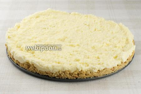 Поставить в морозильник на 3 часа, а затем переложить в холодильник. Перед подачей, каждый кусочек или весь торт целиком украсить взбитыми сливками по вкусу.
