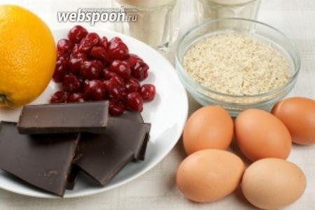 Для приготовления кексов возьмём муку, сахар, чёрный шоколад, засахаренную вишню, яйца, миндаль, предварительно измельчённый, и апельсин.