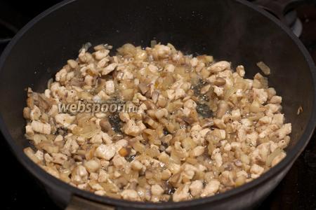 Жарить всё вместе 5-10 минут до готовности курицы, добавить соль и чёрный молотый перец по вкусу.
