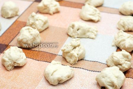 Рабочую поверхность слегка смазать растительным маслом. Разделить тесто заготовки.