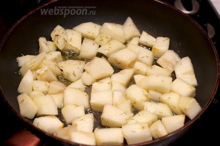 Разогреть в сковороде сливочное масло, добавить 1 ст. л. сахара, 1,5 ч. л. сухого розмарина и приготовленные груши — тушить всё вместе 5-7 минут.