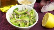 Фото рецепта Салат с авокадо и красным луком