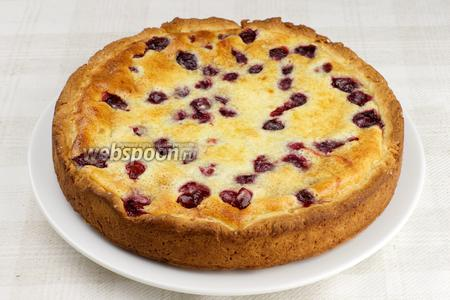 Готовый пирог остудить в форме, а затем аккуратно вынуть.