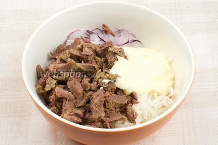 Соединить редьку, говядину, лук и 2-3 столовые ложки майонеза.