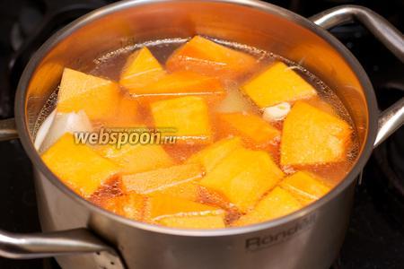 Залить овощи куриным бульоном и поставить вариться на медленном огне, пока тыква не станет мягкой на 30-40 минут.