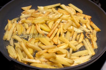 Жарить картофель 7-15 минут до румяной корочки.