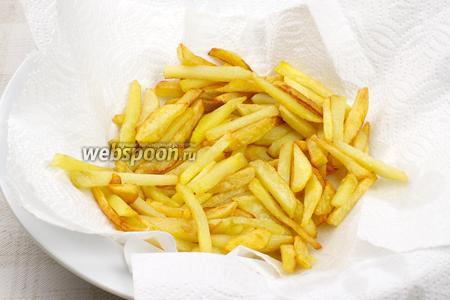 Готовый картофель выложить на бумажное полотенце, чтобы удалить лишний жир, затем присыпать солью по вкусу. Подавать горячим.