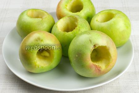 Яблоки хорошо помыть, обсушить, а затем аккуратно вынуть из них серединку.