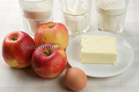 Для приготовления пирога возьмём кисло-сладкие яблоки, муку, сметану, сливочное масло, сахар и яйцо.