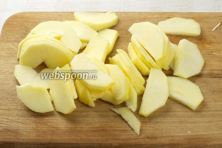 Для начинки яблоки помыть, очистить от кожуры и нарезать тонкими пластинками.