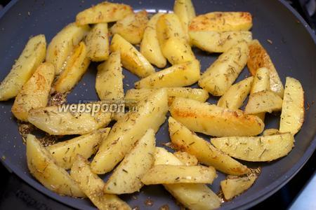 Жарить картофель на среднем огне до румяной корочки. Подавать блюдо горячим.