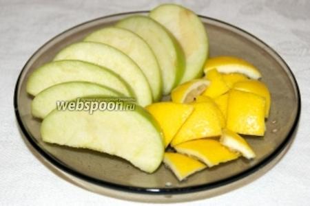 Половину яблока нарезать дольками, половину лимона (только цедру) порезать кусочками.
