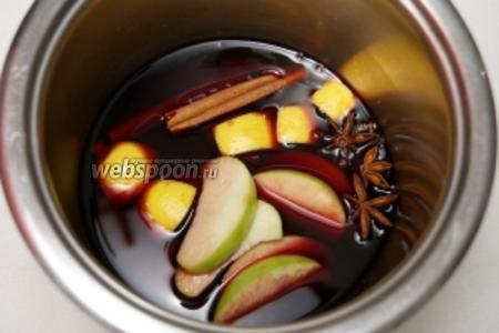 Соединить 2 палочки корицы, 2-3 звёздочки бадьяна, 3-4 бутона гвоздики, вино, яблоко (можно взять сушёное) и лимон — хорошо всё прогреть не доводя до кипения.