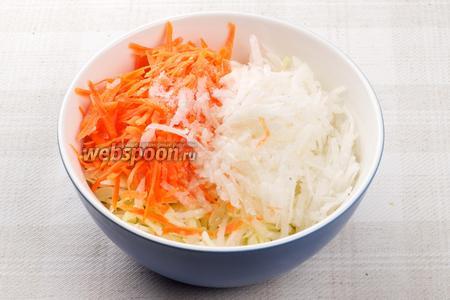 Соединить морковь, дайкон и капусту, добавить щепотку соли и 3-4 столовые ложки растительного масла.