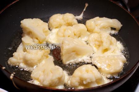 В сковороде разогреть растительное масло. Выложить капусту, обмакнув каждое соцветие в кляр.