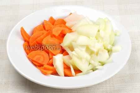 Репчатый лук и морковь очистить и помыть. Лук нарезать полукольцами, а морковь кружочками.