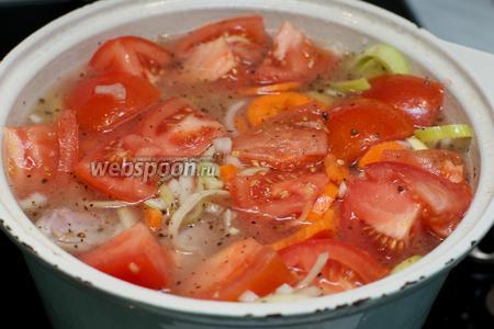 В кастрюлю добавить помидоры и немного воды, так чтобы кролик чуть-чуть был покрыт жидкостью.
