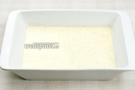 Половину соуса вылить в форму для выпекания с высокими бортиками.