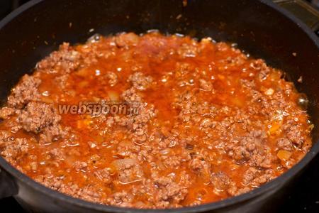 Добавить смесь итальянских трав, соль с перцем по вкусу. Готовый фарш отсудить.