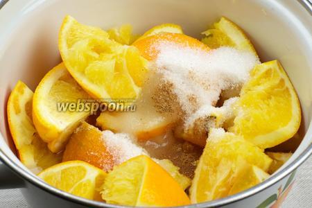 Выложить порезанные корки в кастрюлю, добавить сахар, корицу и 2 стакана воды.