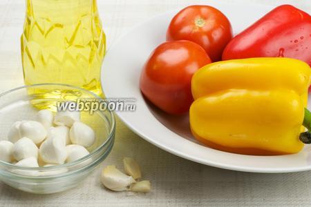 Для приготовления салата понадобится сладкий перец, помидоры, моцарелла, чеснок и растительное масло.